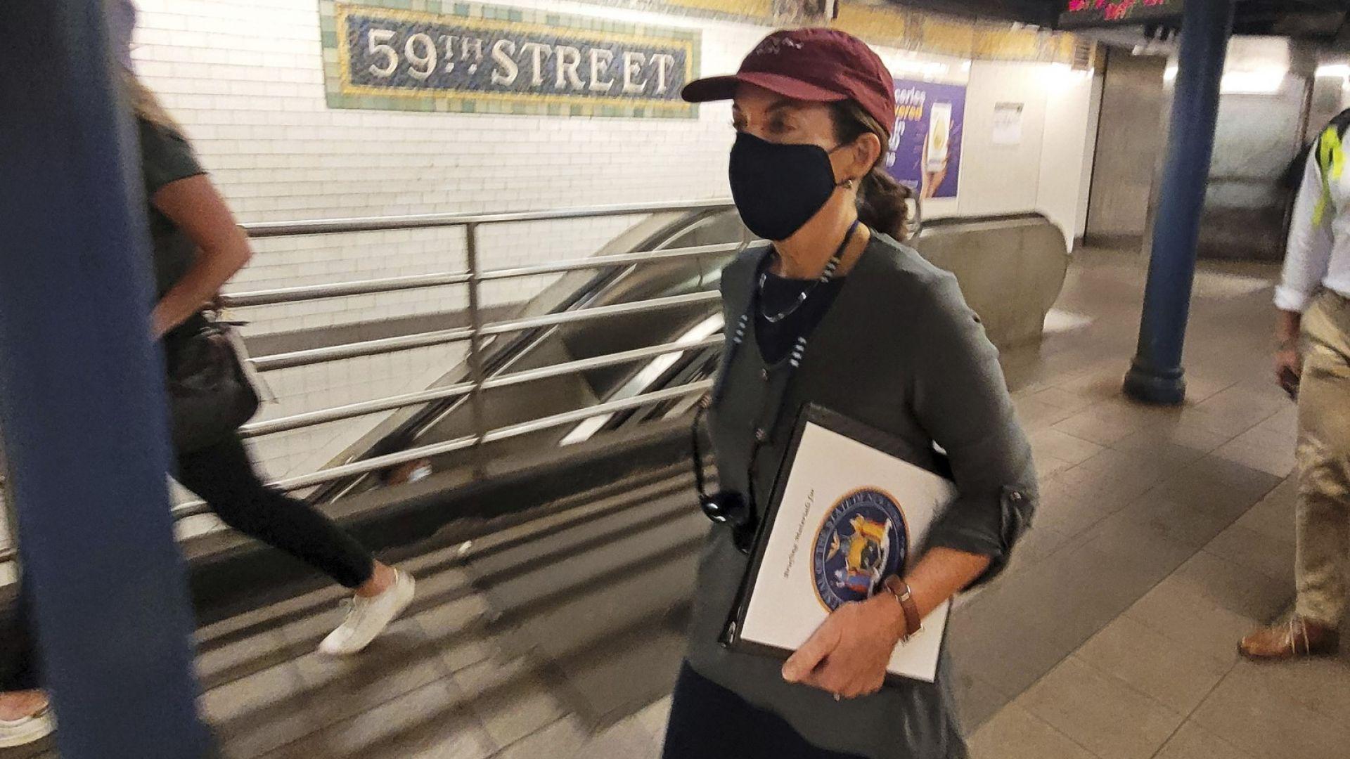 Тази снимка, предоставена от Службата на губернатора, показва Кейти Хокул, докато минава през станция на метрото, в Ню Йорк, сряда, 4 август 2021 г.