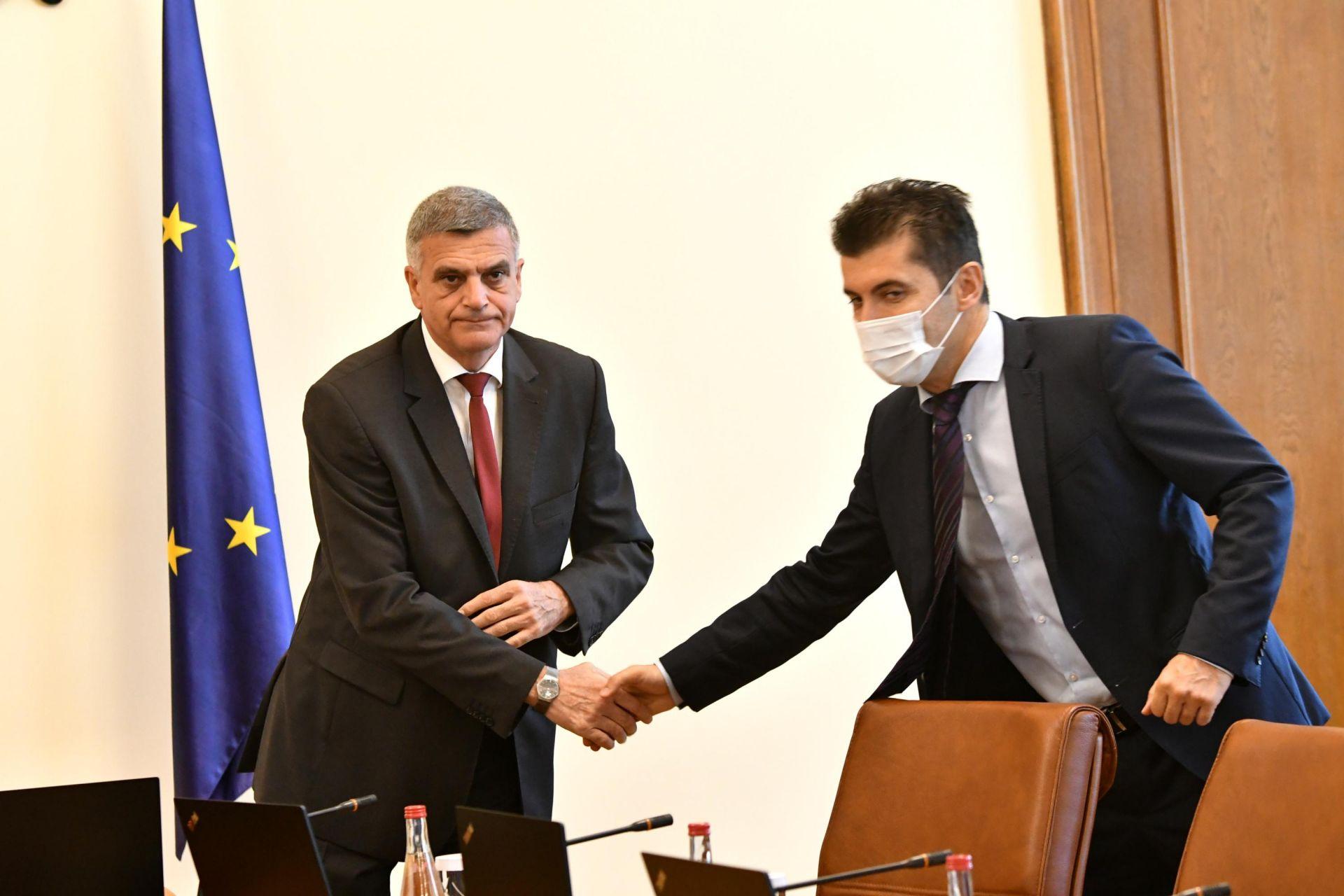 Янев се ръкува с министъра на икономиката Кирил Петков
