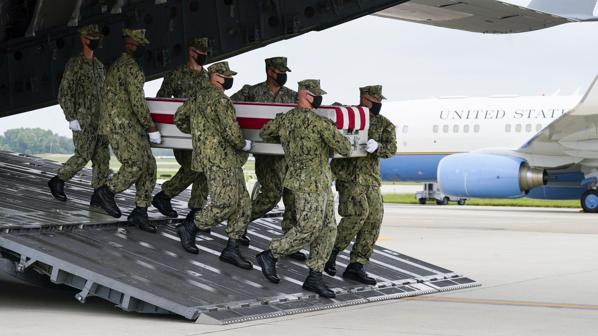 Трансфер на останките на загиналите в Кабул, Афганистан, 13 американски войници