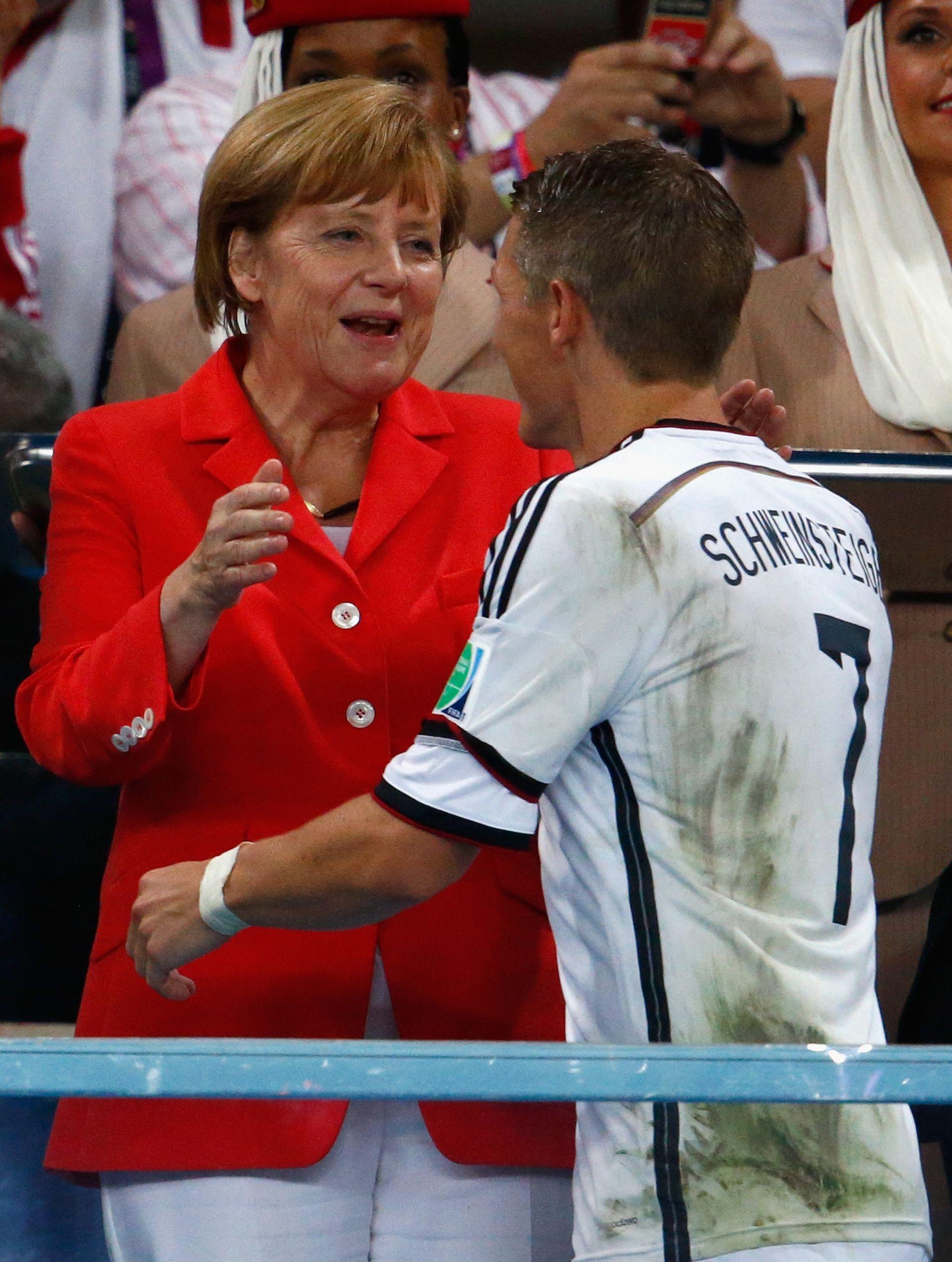 Ангела Меркел поздравява Бастиан Швайнщайгер