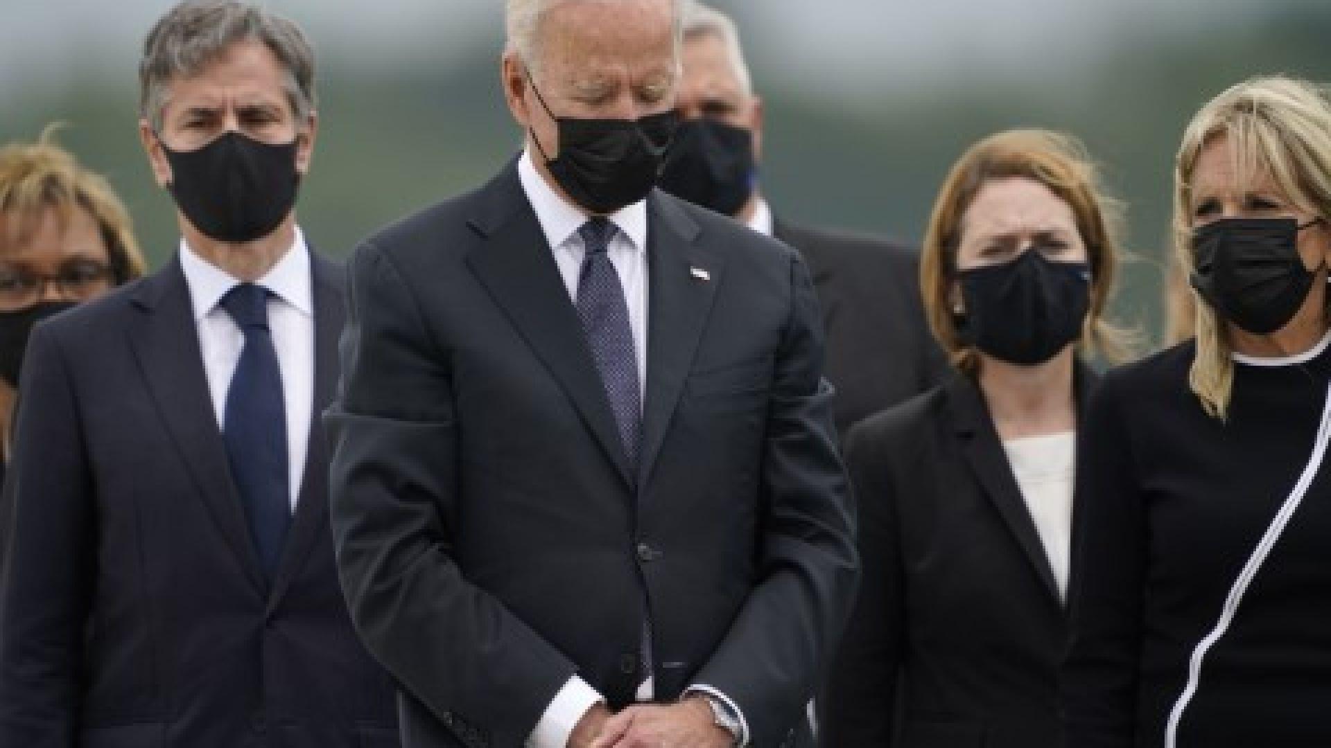 Джо Байдън, вляво държавният секретар Антъни Блинкен, вдясно съпругата на президента Джил, отдават почит на загиналите 13 американски военни при атентата до кабулското летище