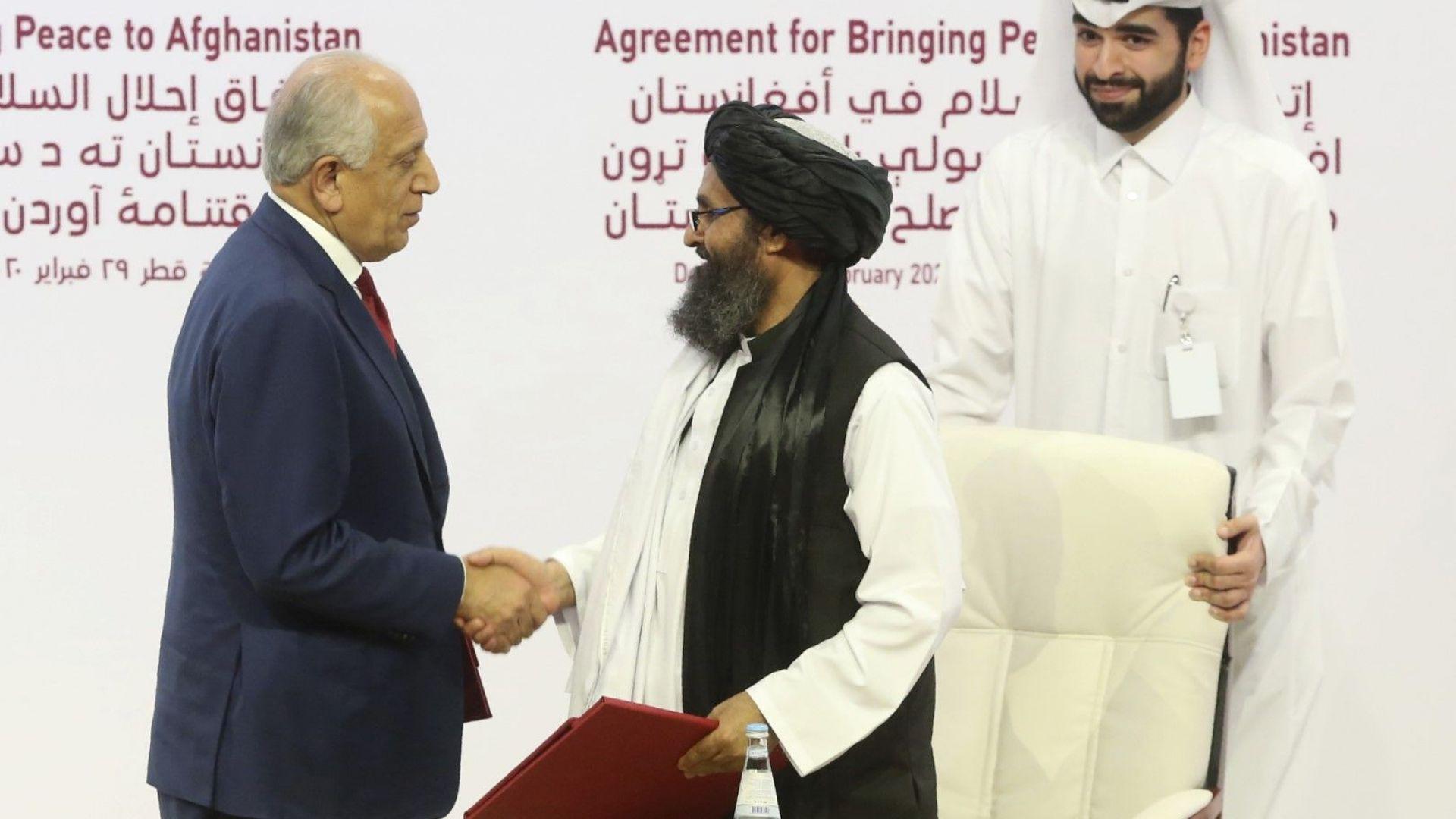 Американският дипломат Залмей Халилзад подписва споразумение с лидера на талибаните Абдул Гани Барадар
