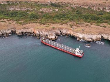 Властта подхвана заседналия кораб в опит да изпревари морска буря (ВИДЕО)