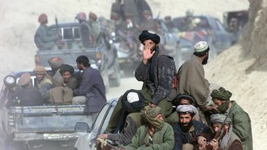 Талибаните повеждат парад с американска техника в Кандахар (видео)