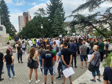 МЗ: Протестите не могат да спрат разпространението на COVID-19