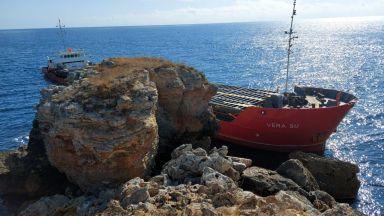 Товарен кораб под панамски флаг заседна край