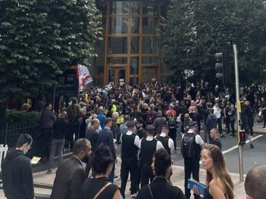 Сблъсъци в Лондон между полиция и антиваксъри