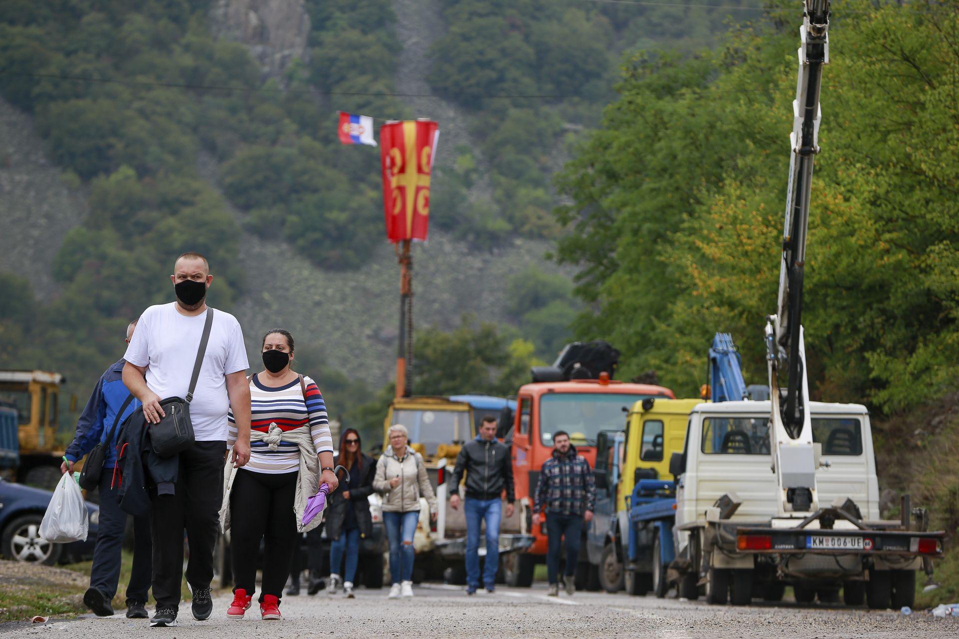 Туристи преминават пеша граничните пунктове