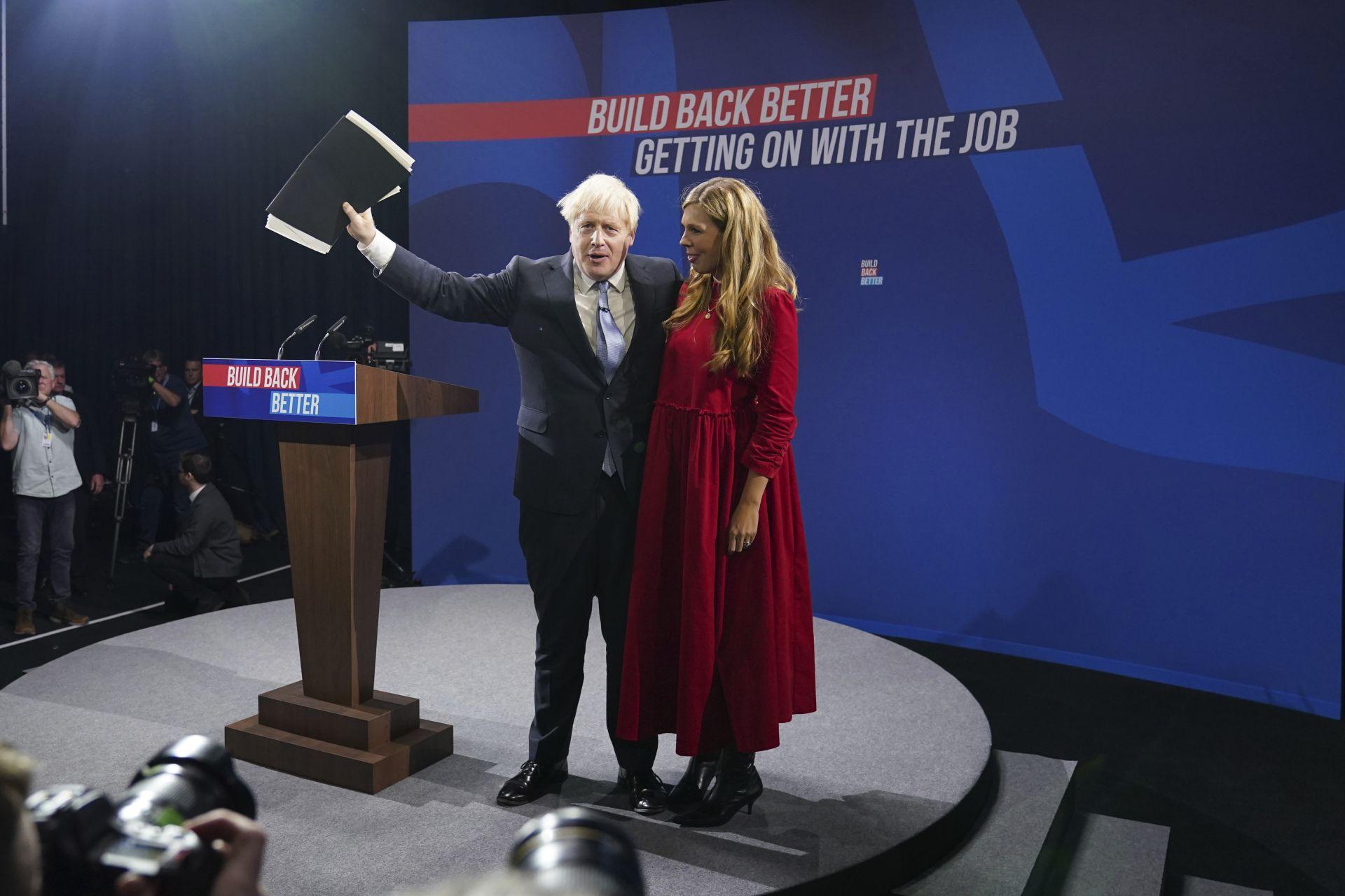 Борис Джонсън със съпругата си Кари Джонсън след като произнесе основната си реч на конференцията на Консервативната партия в Манчестър