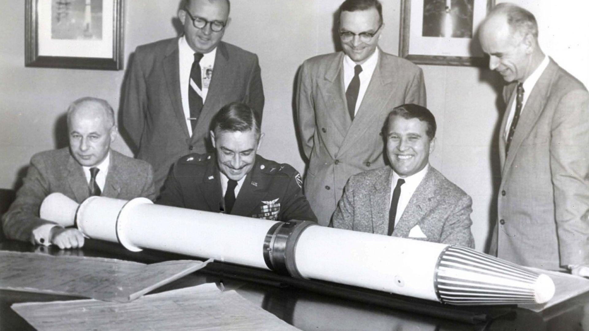Вернер фон Браун с първия американски сателит